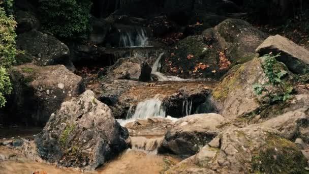 Klidné vody bublající potok toku mezi balvany. UltraHD 4k