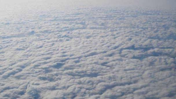 Letu nad mraky přirozený výhled z okénka letadla