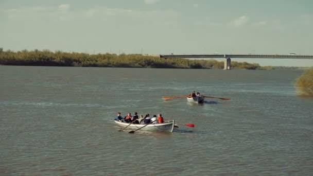 Astrakhan, Russland, 27 April 2018: Team-Pfadfinder-Rudern auf dem Wasser. Hölzerne Ruder Rudern Wasser.