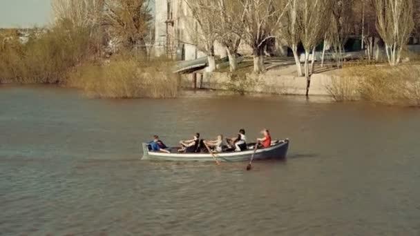 Astrakhan, Russland, 27 April 2018: Team-Pfadfinder-Rudern auf dem Wasser. Wolga in Astrachan-Stadt