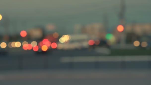Světla noční město. Rozmazané pozadí. Siluety automobilů. Noční život šedozelená oranžové bokeh