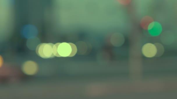 Autos nachts in einer Stadt aus dem Fokus.