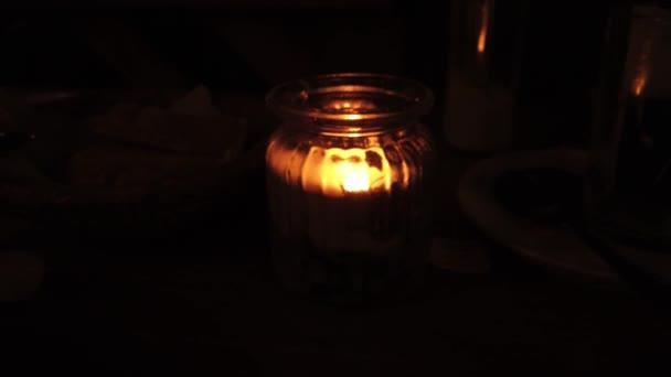 Svíčkové lupínky ve sklenici na stole v kavárně