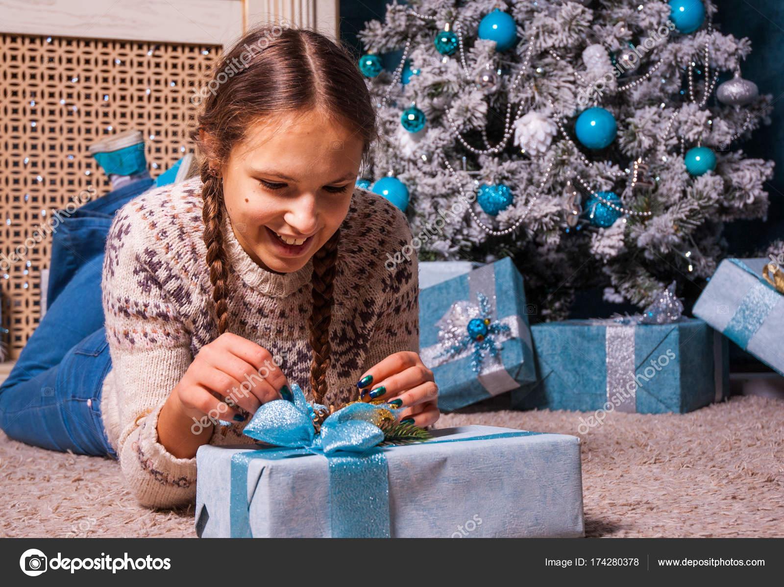 Teenager Mädchen liegt in der Nähe von einem Weihnachtsbaum mit ...