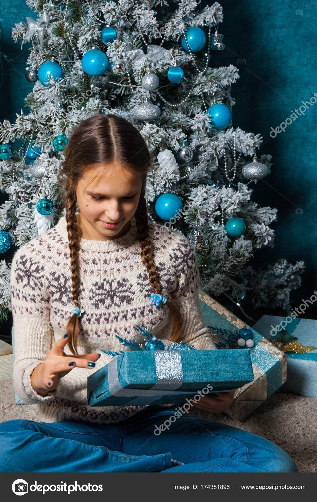 Teenager Mädchen Halt Geschenke Geschenk-Box am Weihnachtsbaum ...