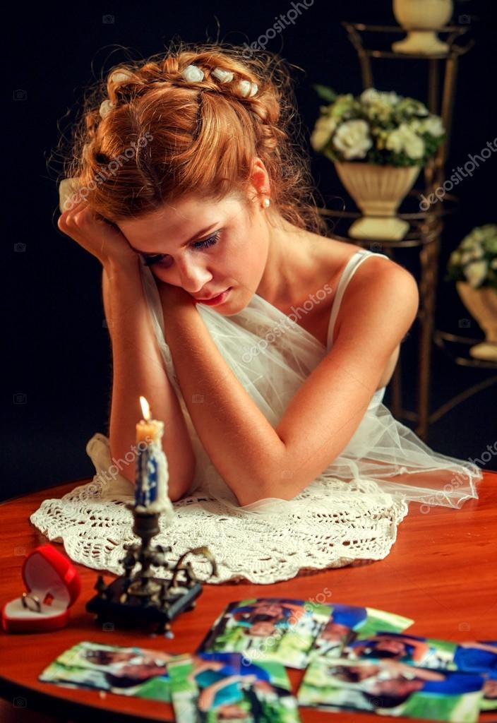 Ik Zoek Een Jurk Voor Een Bruiloft.Verdrietig Meisje In Bruiloft Jurk Uhappy Op Zoek Familie Foto S
