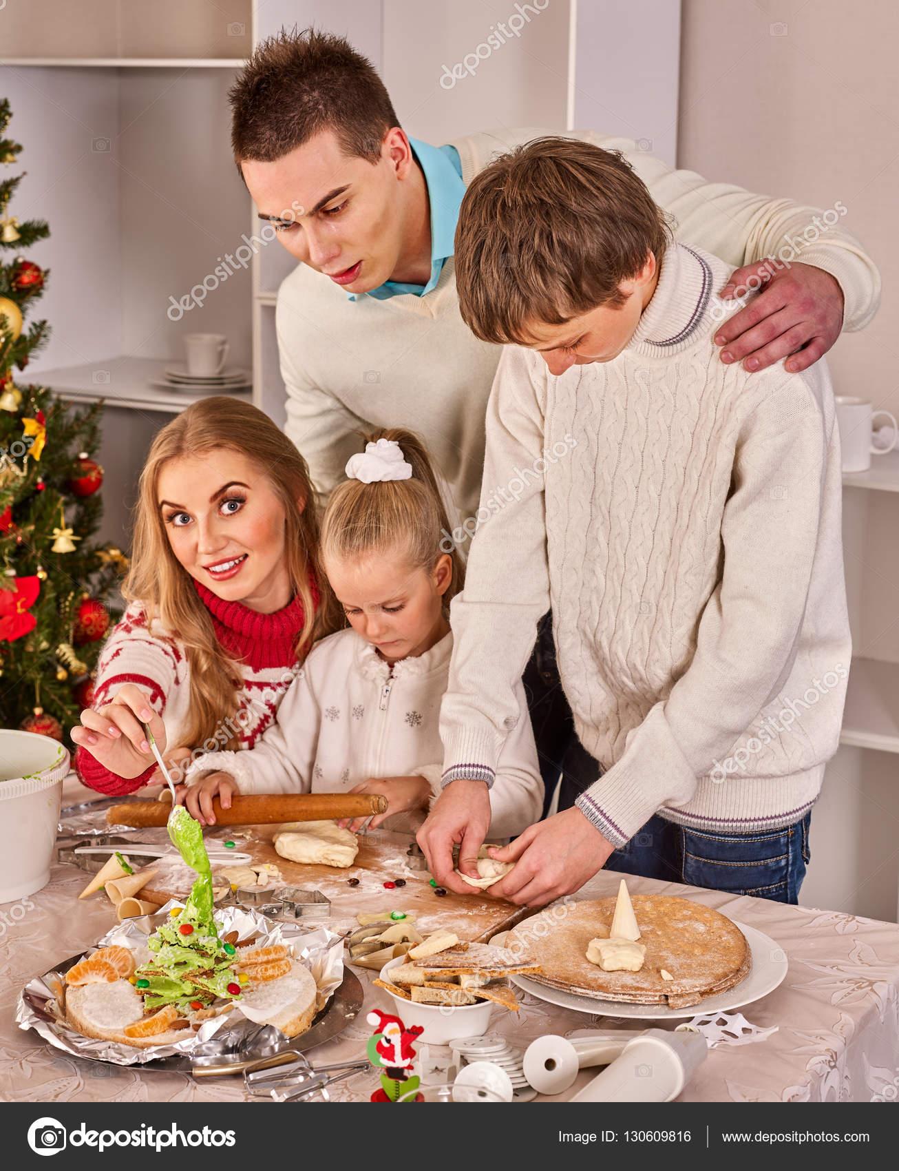 Fam Lia Completa Com Crian As Rolando Massa Na Cozinha De Natal