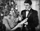 ein paar auf der Weihnachtsfeier. schwarz / weiß retro
