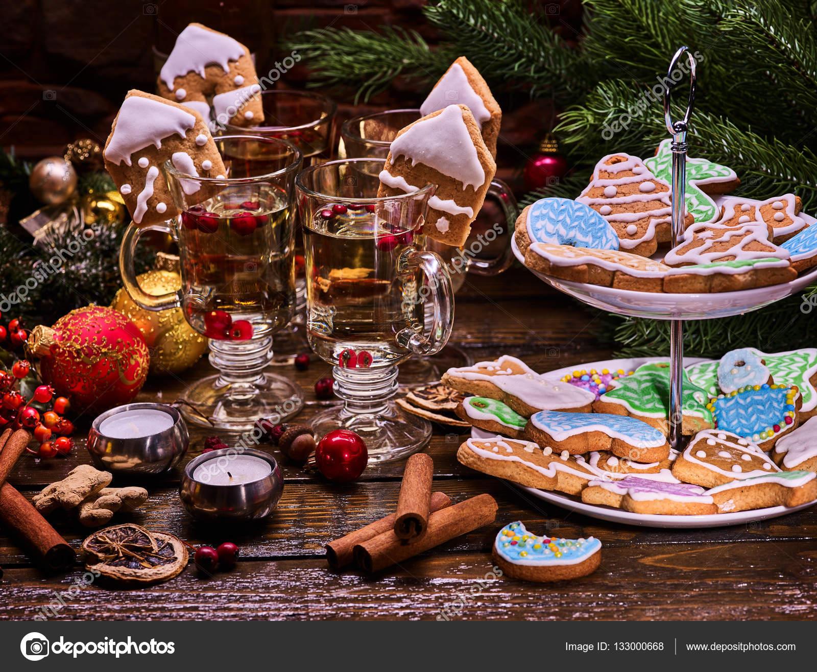 Glasur Weihnachtsplätzchen.Weihnachtsplätzchen Mit Der Glasur Und Gläser Stockfoto