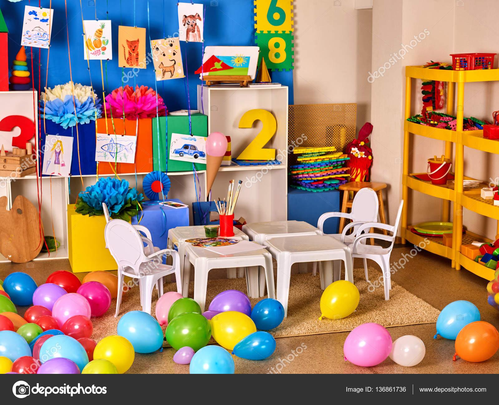Kindergarten Innendekoration Kind Bild An Wand. Vorschulklasse Kinder  Warten. Farbe Ballons Im Stock. Spielzimmer Mit Weißen Tisch.
