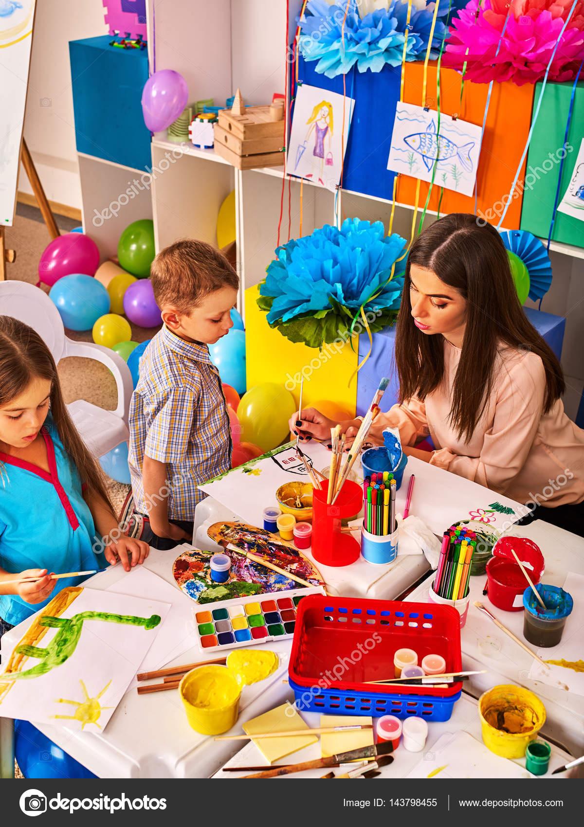 Niños de pintura y dibujo juntos. Lección de arte en la escuela ...