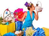 Fényképek Nő a gazdaság nyúl és a virág kosár Húsvét stílus