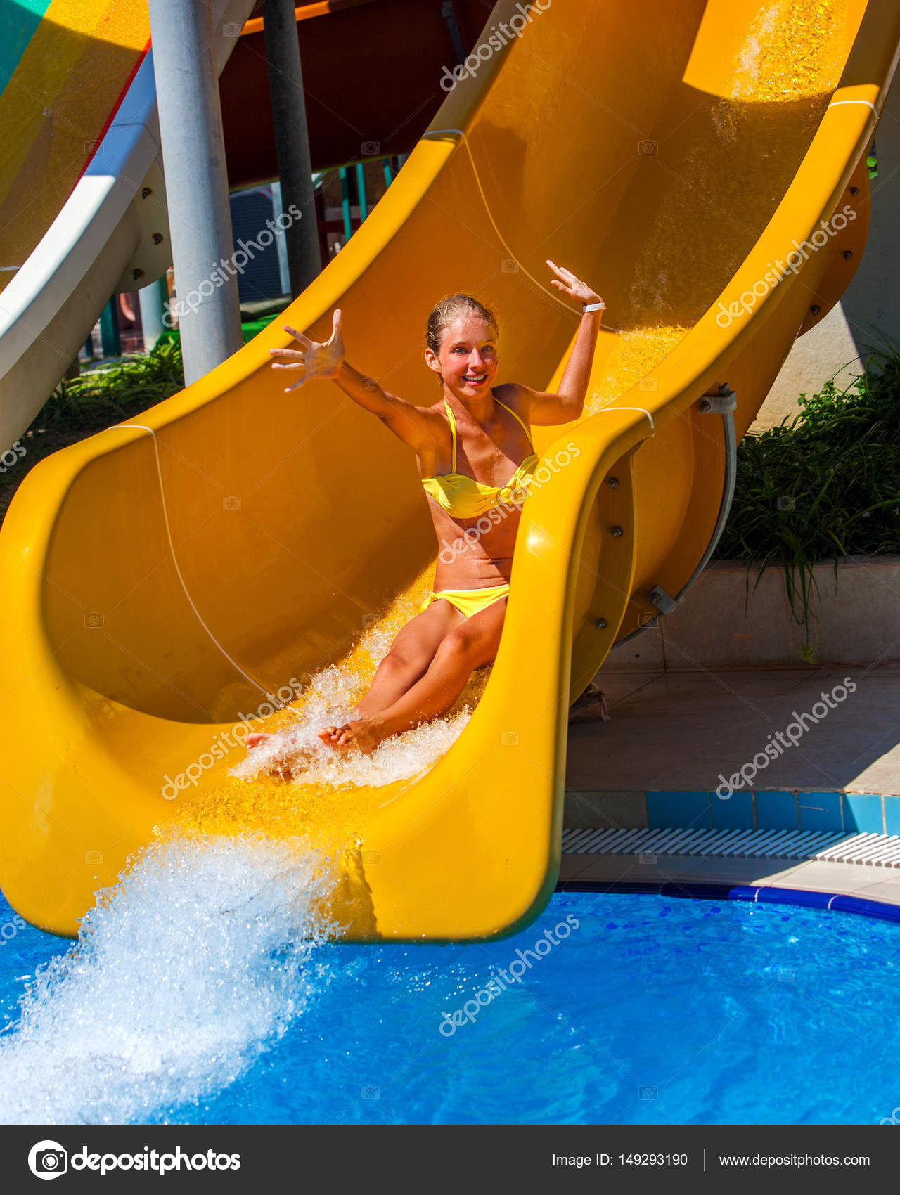 Schwimmbad Folien Für Kind Auf Blauem Wasser Rutschen Im Aquapark. Kind  Fahrt Sommerurlaub Im Freien. Glückliches Mädchen Teen In Zweiteiligen  Badeanzug Mit ...