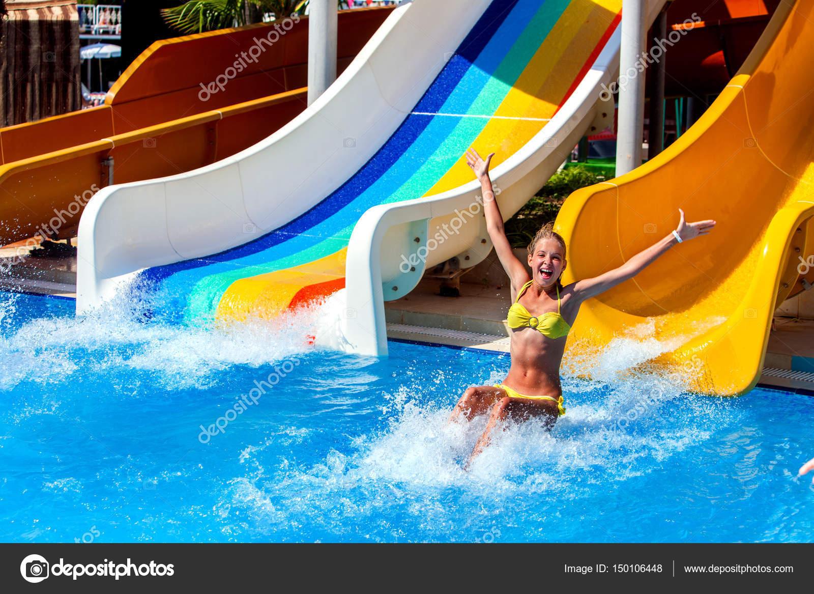 Schwimmbad Folien Für Kind Auf Blauem Wasser Rutschen Im Aquapark. Sommer  Kinder Reiten Urlaub Im Freien. Glücklich Schöne Mädchen Im Gelben  Badeanzug Mit ...