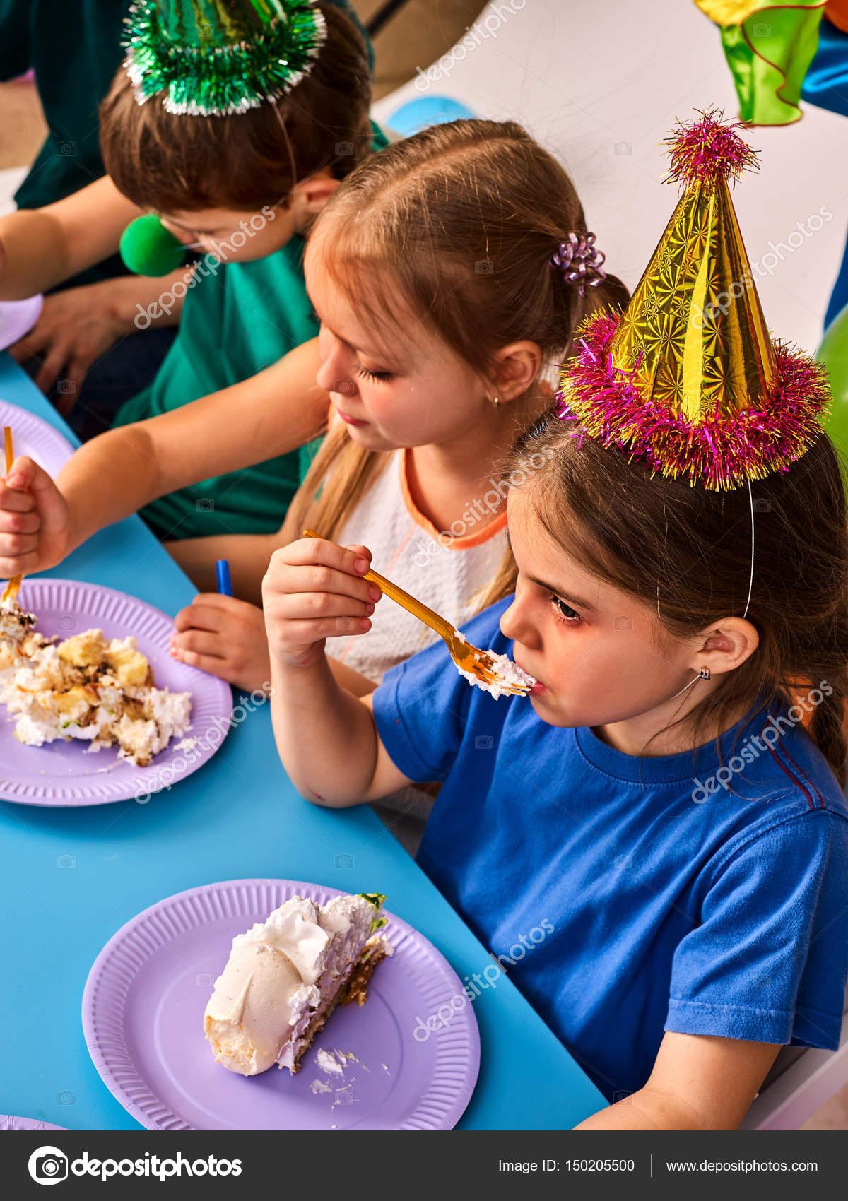 Cumpleaos nios celebran la fiesta y comer pastel en placa juntos