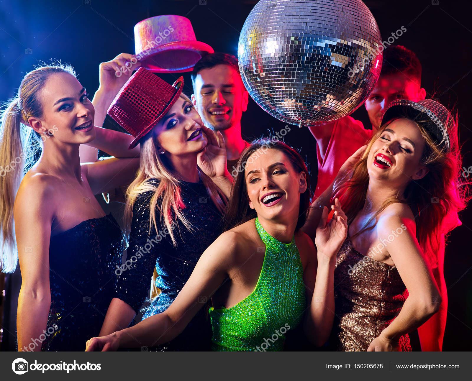 Fiesta De Baile Con Grupo De Personas Bailando Y Bola De