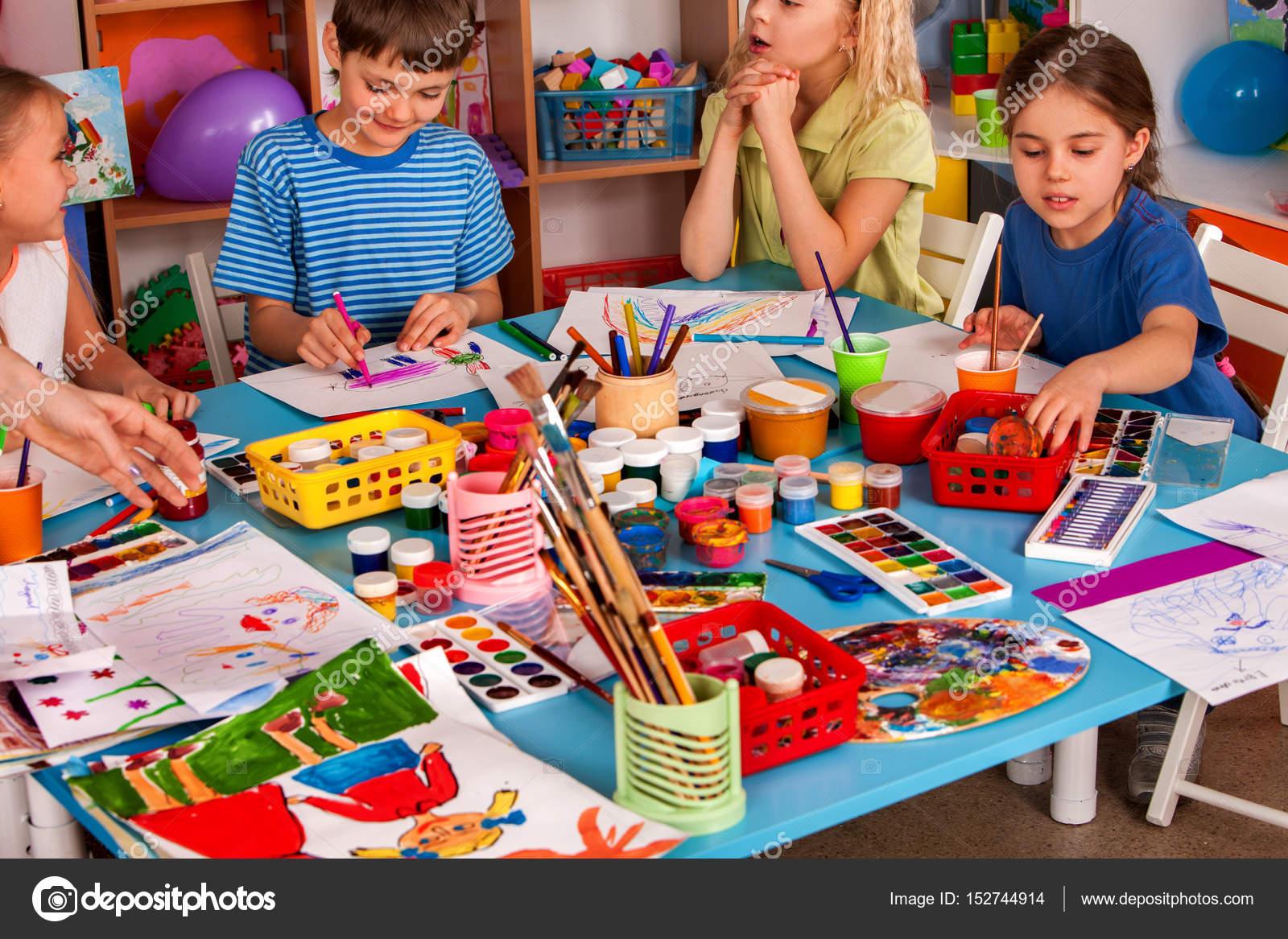 Küçük öğrenciler Kız Ve Erkek Sanat Okulu Sınıfta Boyama Stok Foto