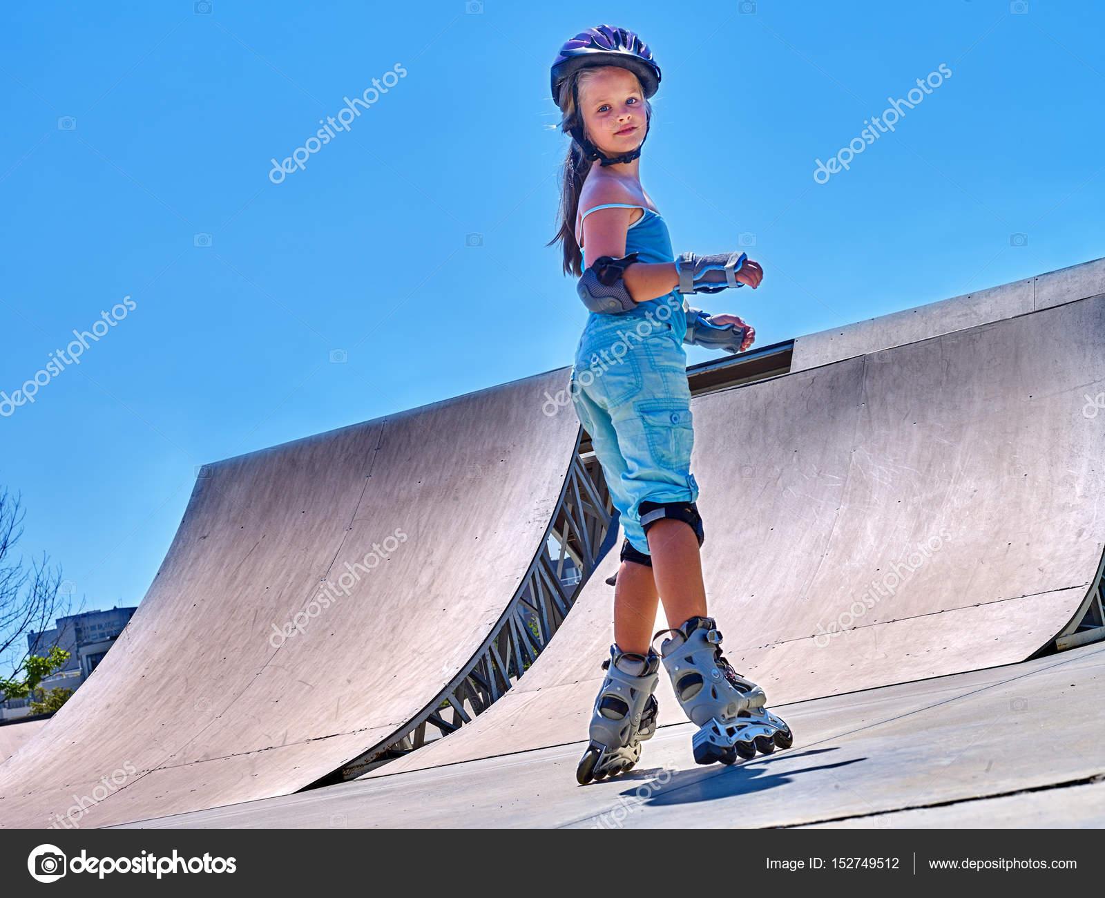 6f652090 Dziewczyna Rolki Rolki Park. Dziecko nosić kask sport ćwiczenia ...