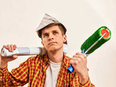 Oprava domů muž drží malířský váleček na tapety.