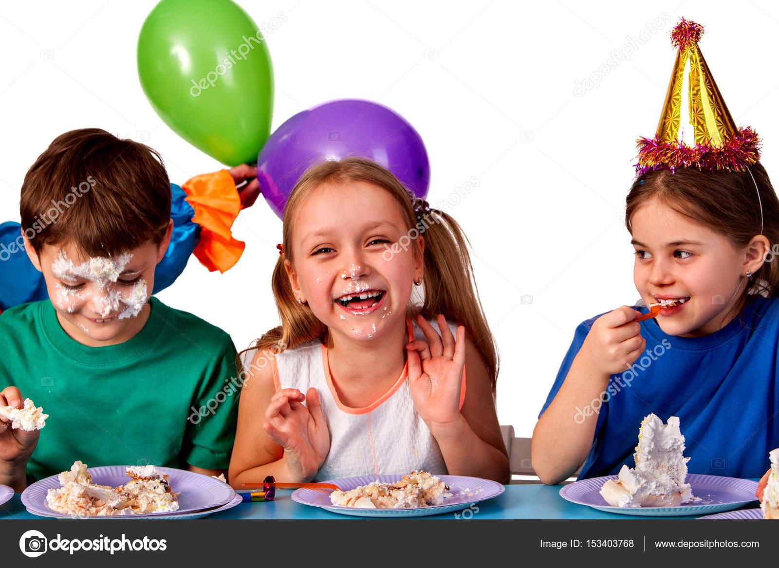 Nino Feliz Comiendo Pastel Cumpleanos Ninos Celebran La Fiesta Y - Fiestas-cumpleaos-nios