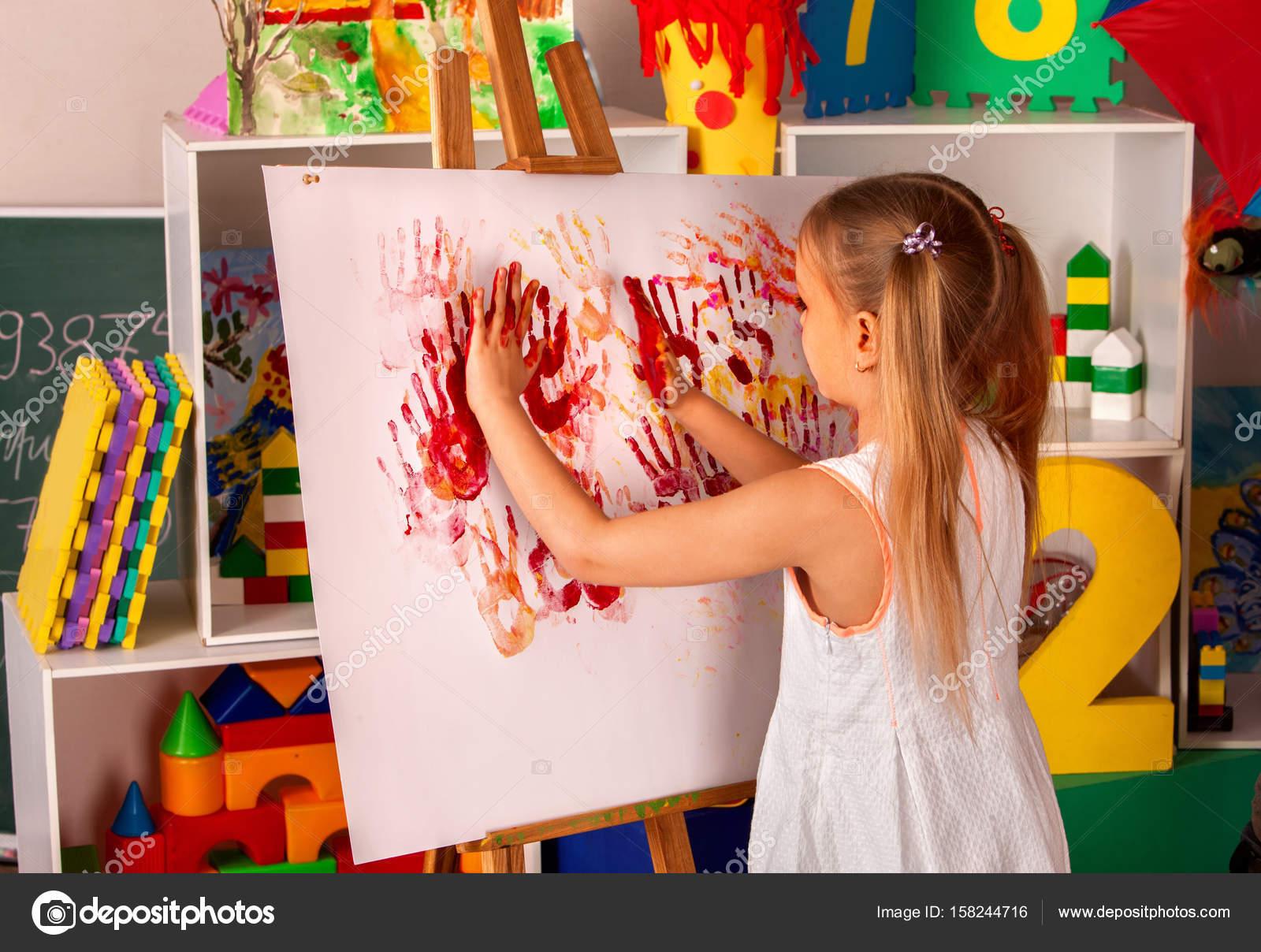 Enfants Peinture à Doigt Sur Chevalet En Classe Dart