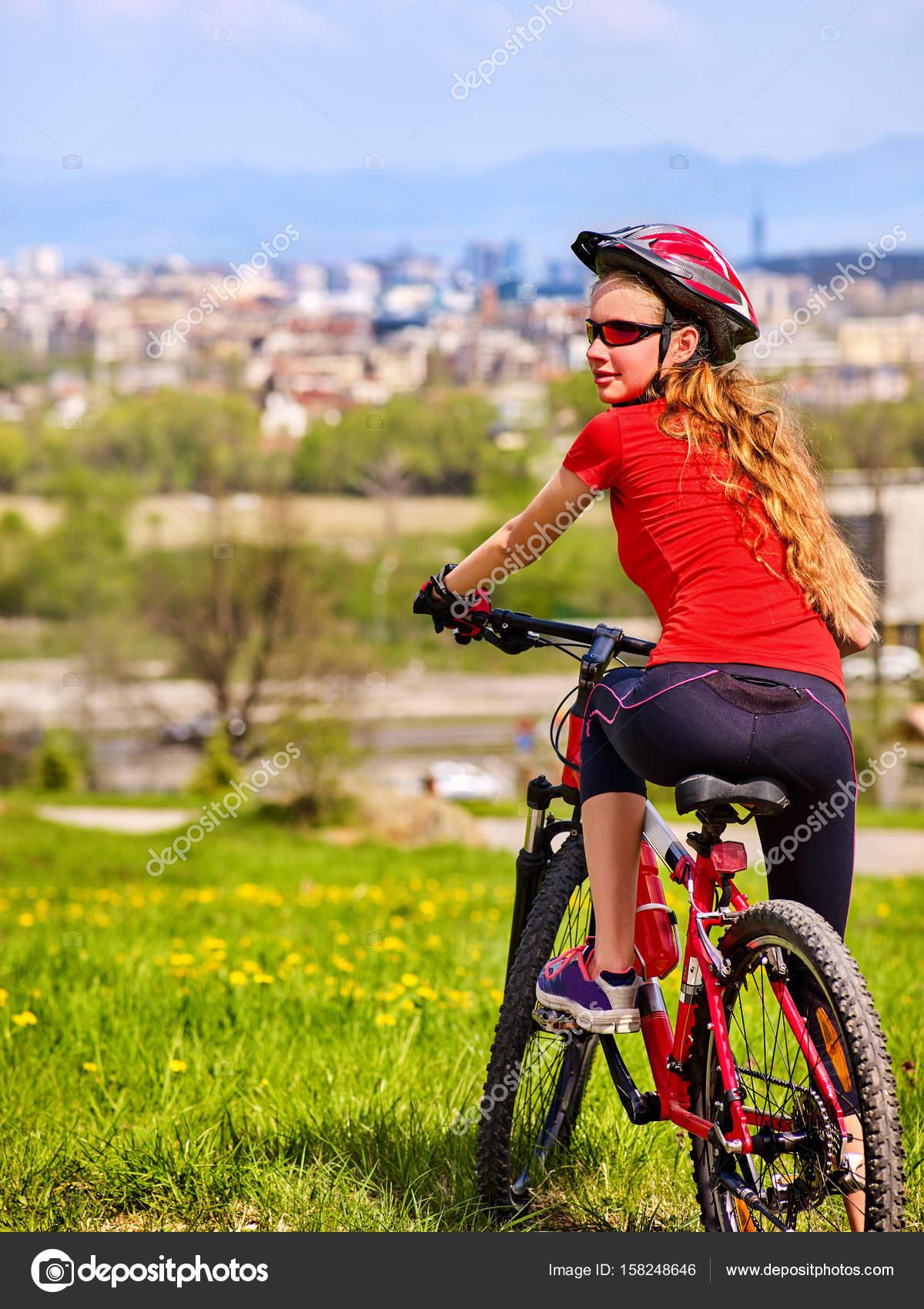 55738c37 Escape miejskich. Dziewczyna rower noszenie kasku odpoczynku od ...