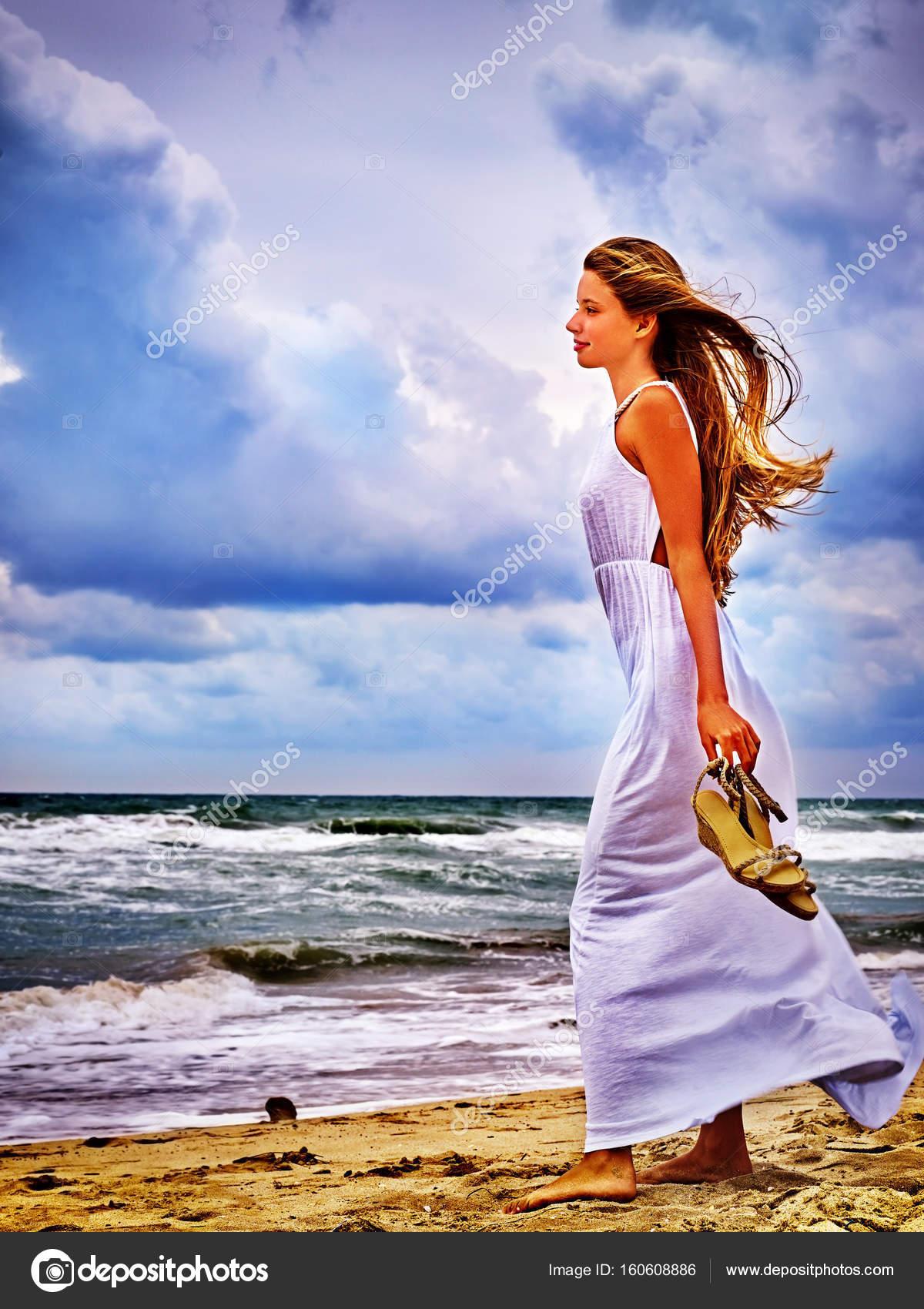 Девица на берегу моря.