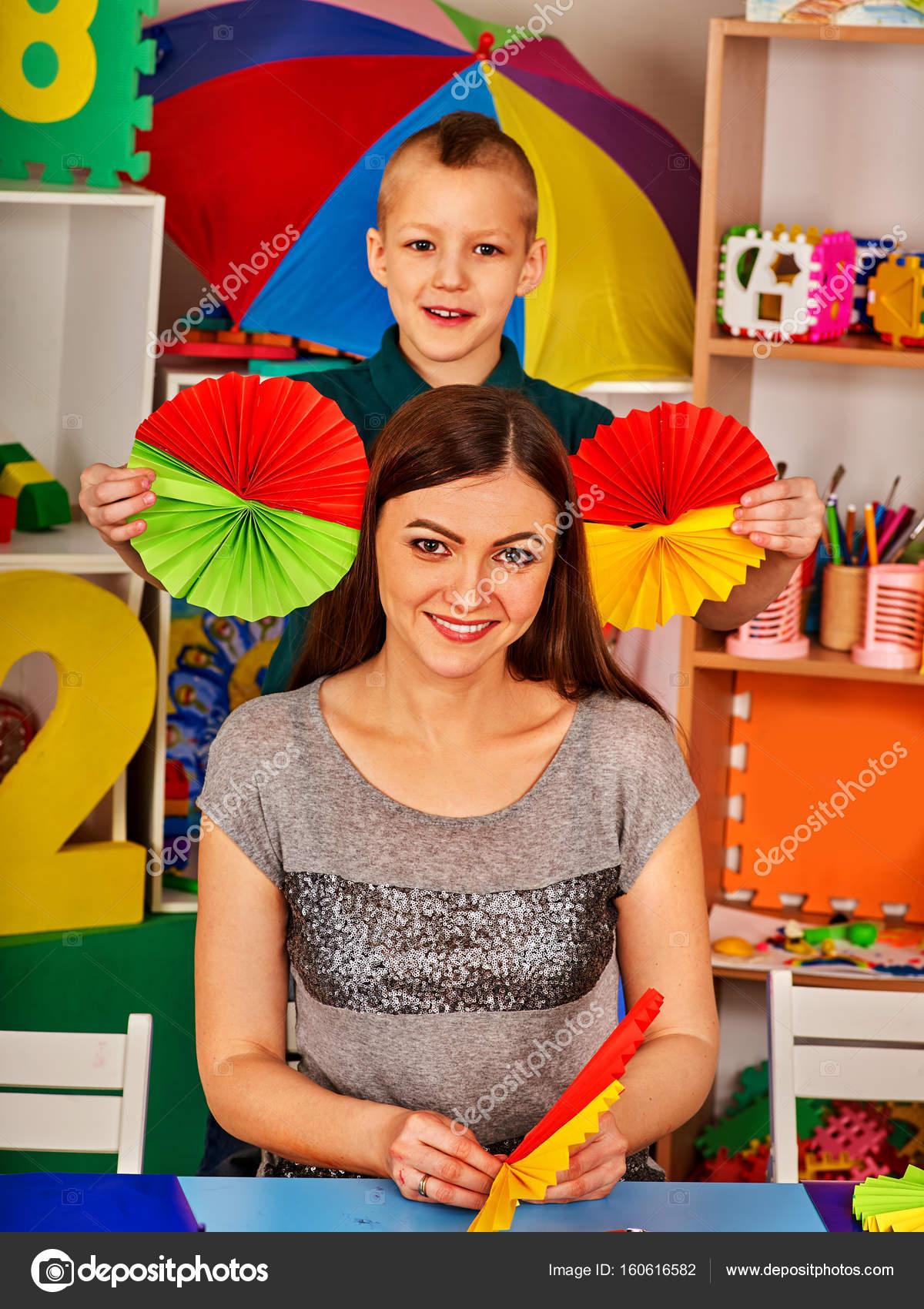 Schülerinnen und Schüler mit einer Schere in Kinder-Händen Papier ...