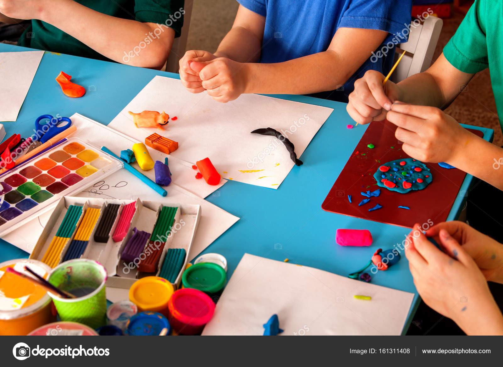 Пластилин моделирования глины в детском классе. Учитель ...