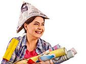 Reparatur haus Frau hält Farbe Rolle für Tapete.