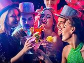 Tanzparty mit Tanzgruppen und Discokugel.