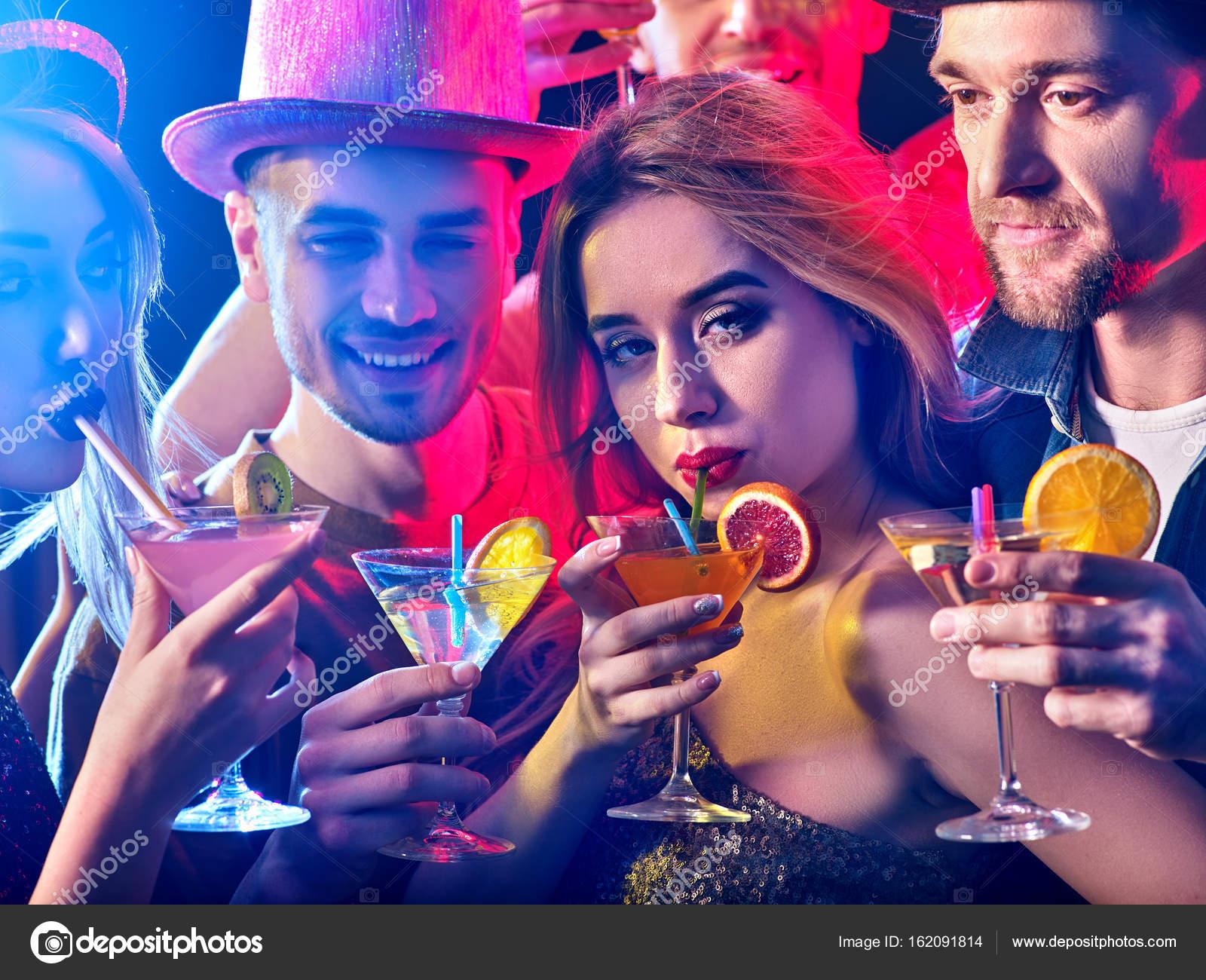 Fiesta con grupo de personas bailando y bebidas coctel — Fotos de ...
