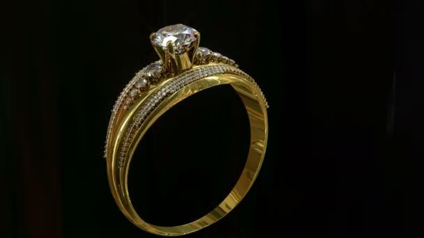 Zásnubní zlatý prsten s šperky drahokam válcování