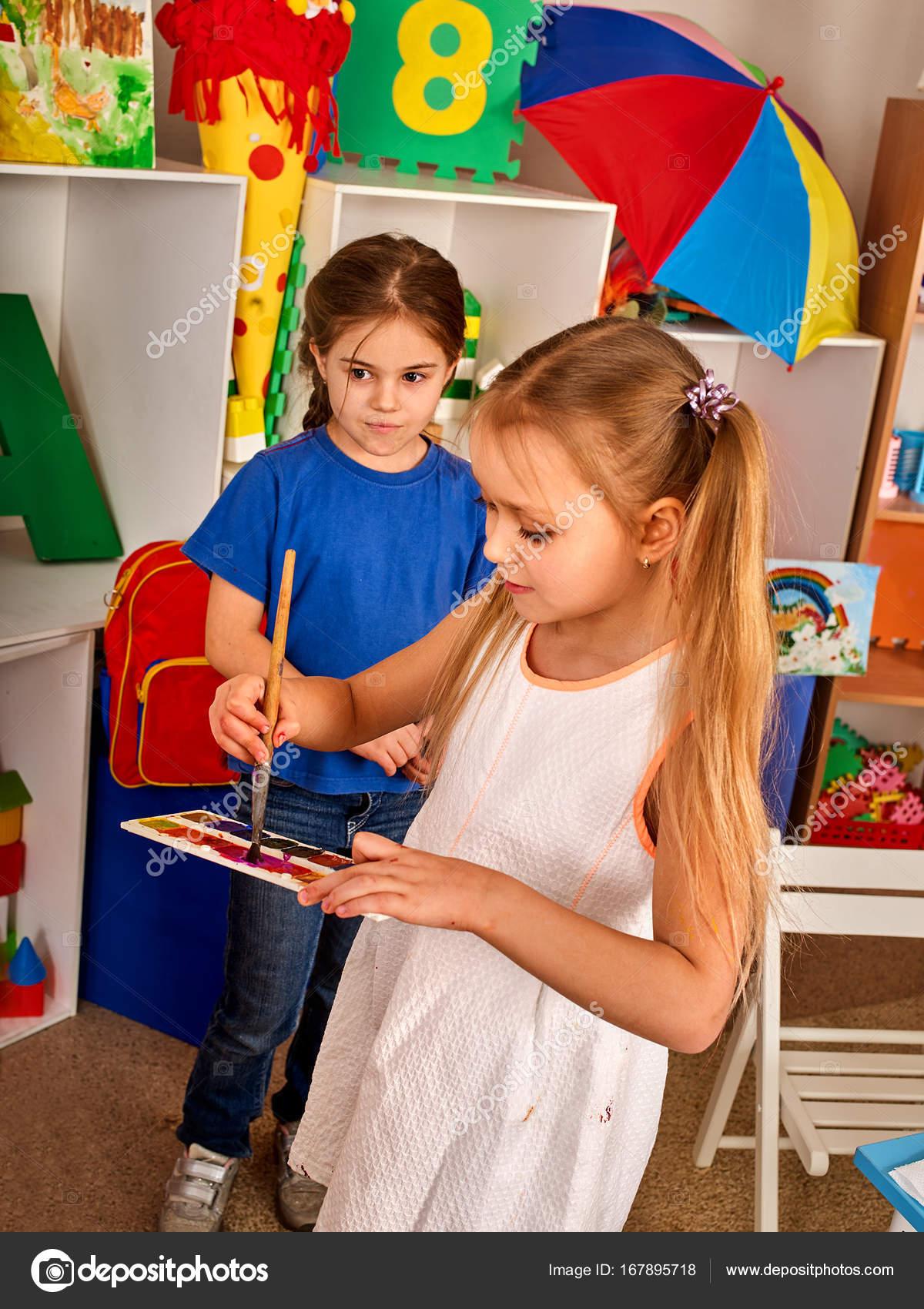 Kleine Schüler Mädchen Malerei in der Kunst-Schule-Klasse ...