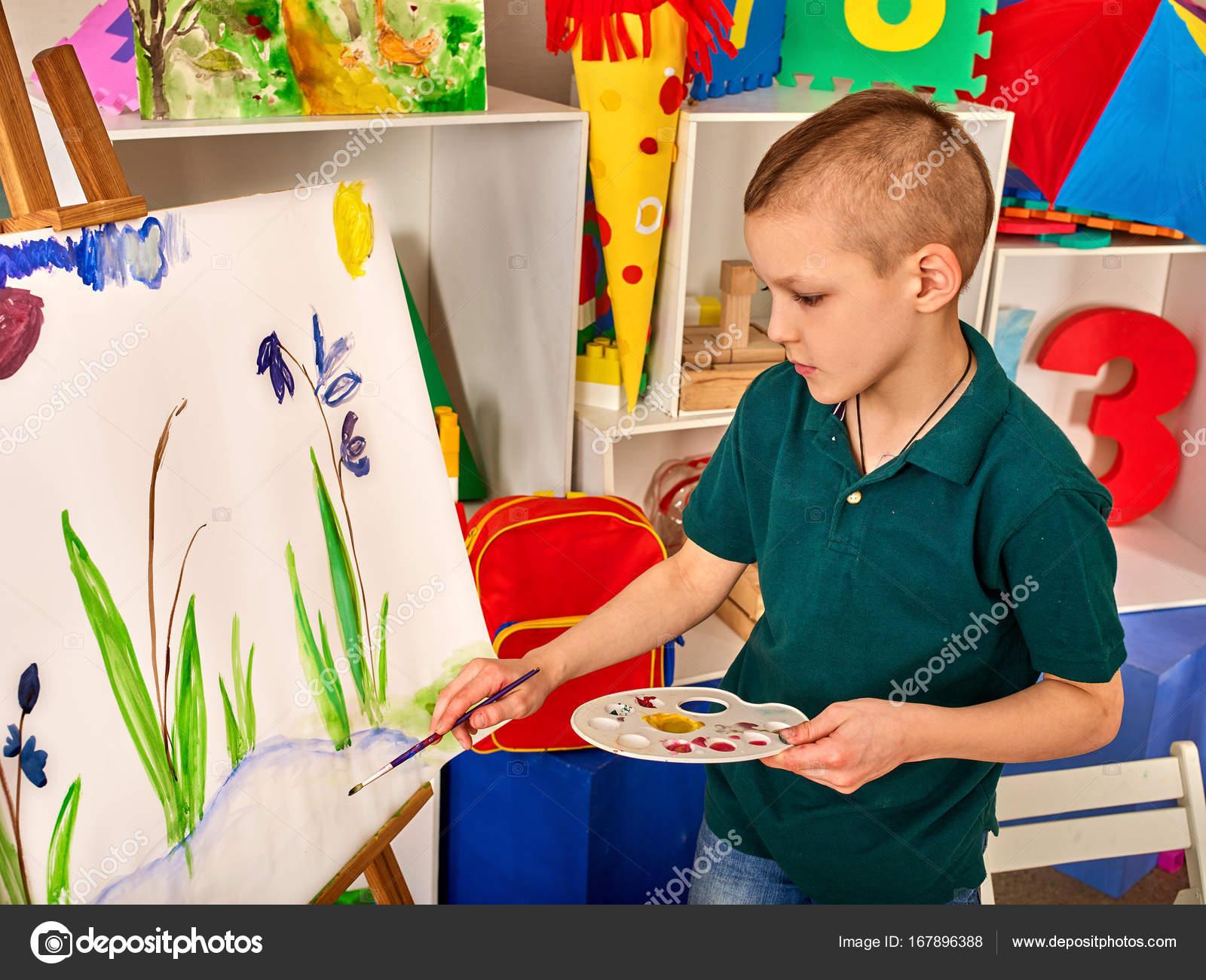 Kind-Malerei-Finger auf Staffelei. Kind Junge lernen Farbe Schule ...