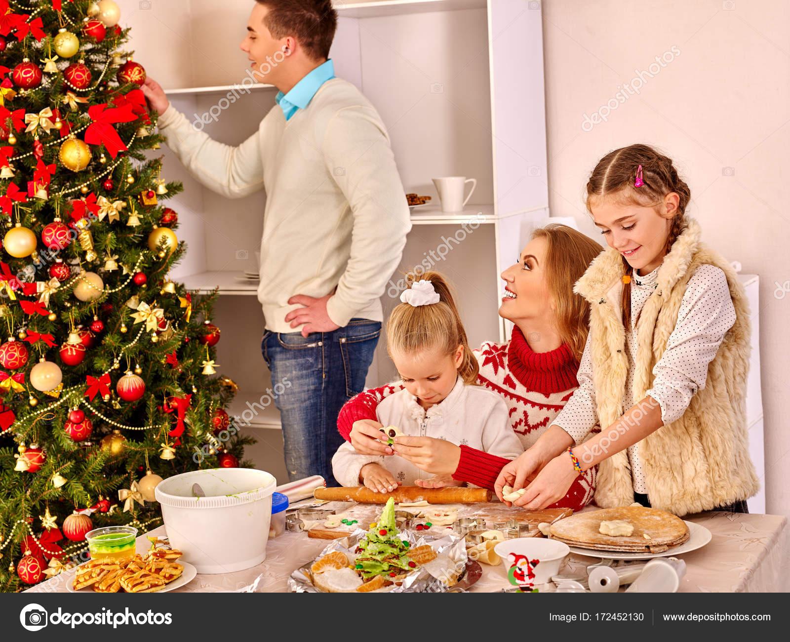 Weihnachten Abendessen mit der Familie Kinder Rollen Teig in Xmas ...