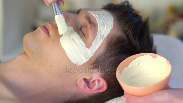 Sár arcpakolás férfi wellness szalon. Arcmasszázs.