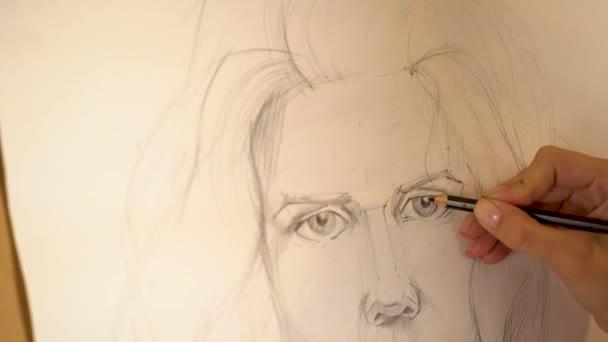 Lány művész festékek nő portréja ceruzával. 4k