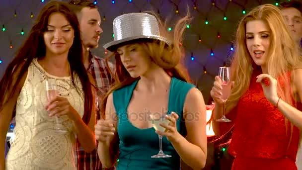 Csoport emberek táncoltak és ital, koktél, koktél party.