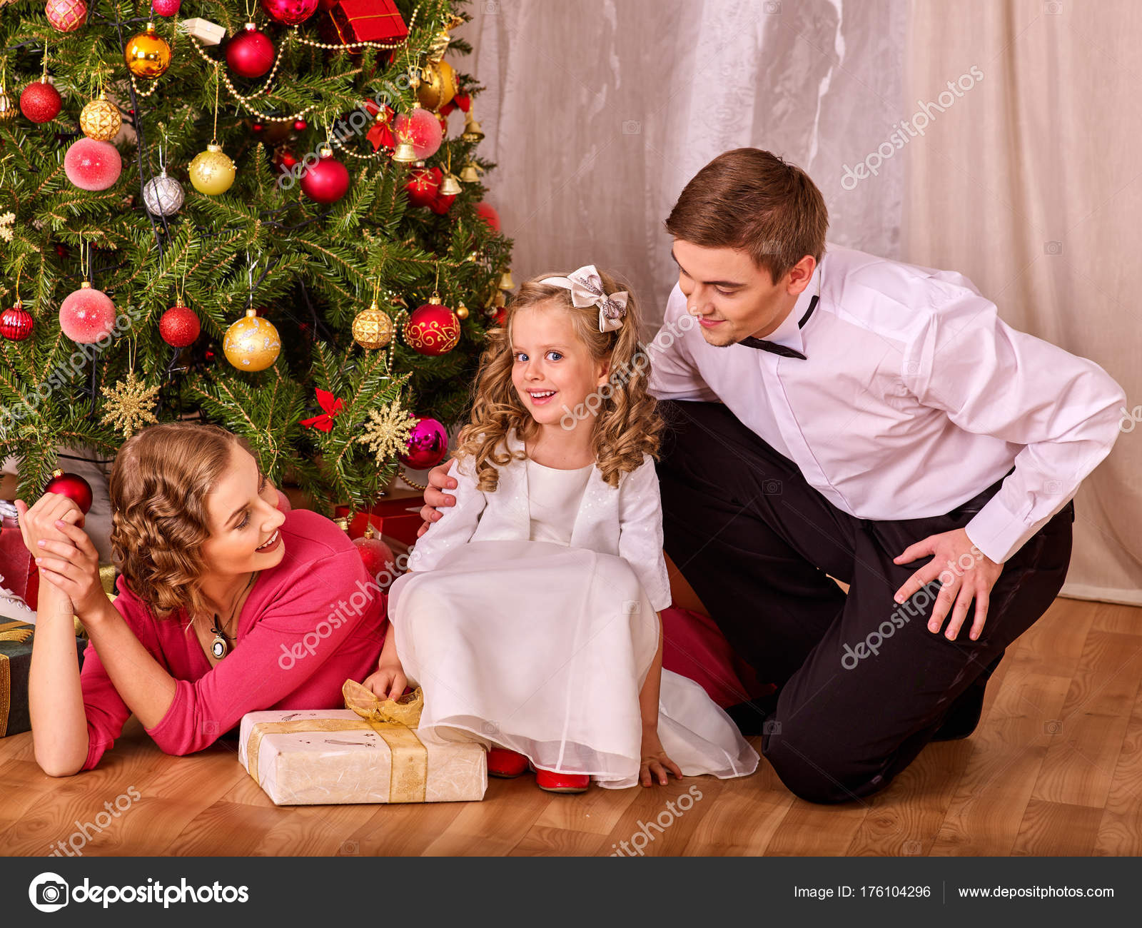 Family with children dressing Christmas tree. — Stock Photo ...