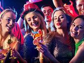 Fotografie Cocktail-Party mit Gruppe Leute, die tanzen und trinken cocktail