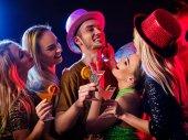 Fotografie Tanzparty mit zuversichtlich alpha männlichen Tanz und Disco-Kugel