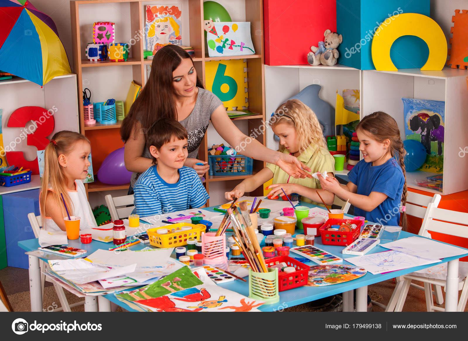 Populares Crianças, pintura e desenho juntos. Aula de artesanato na escola  NA52