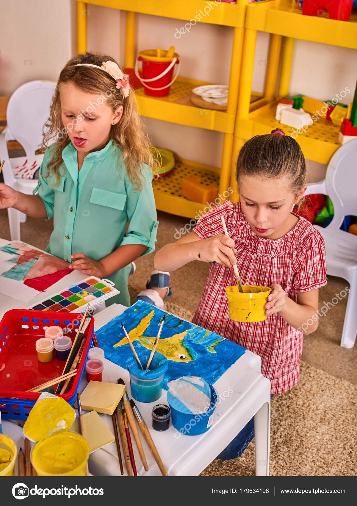 Kleine Schüler-Kinder malen im Kunstunterricht Schule — Stockfoto ...