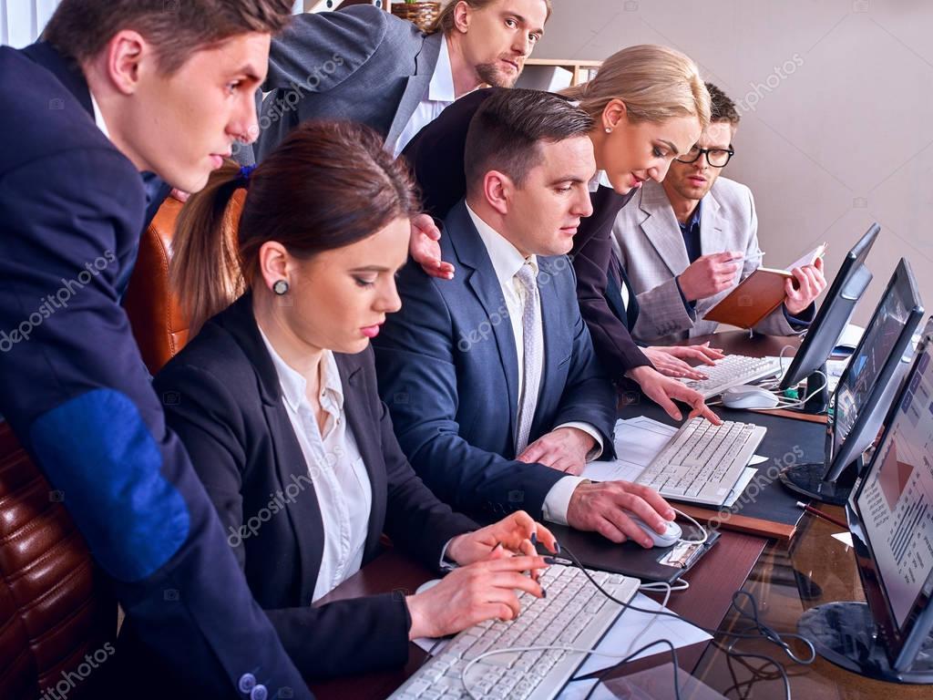 Imagenes De Personas Trabajando En Equipo: Vida De Oficina De Las Personas De Negocios De Personas