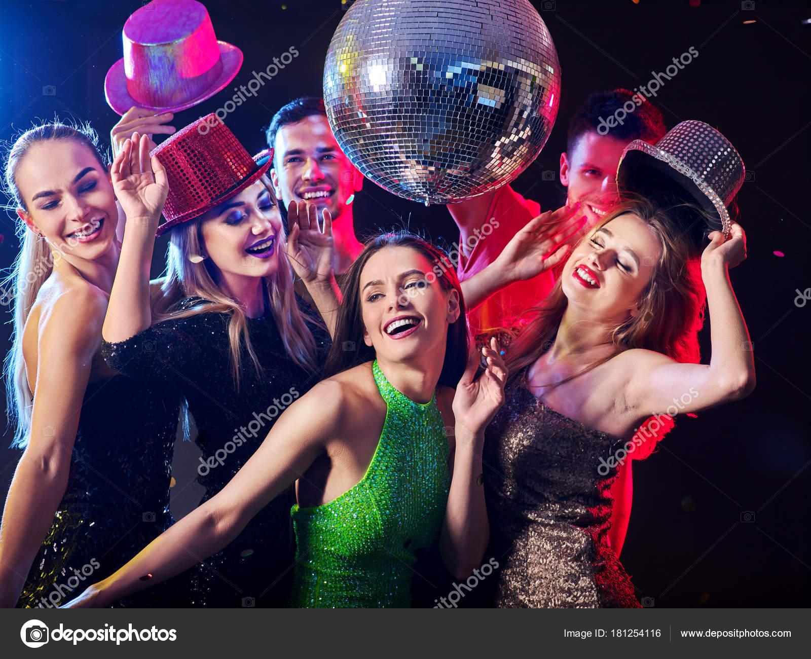 Tanzparty mit Tanzgruppen und Discokugel. — Stockfoto