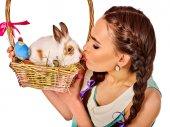 Fotografie Frau in Ostern Stil halten Eier und Blumen