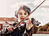 Fotografia Donna eseguire musica sul parco di violino allaperto. Ragazza che effettua jazz