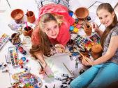 Fotografia Ragazza dei bambini di autentico artista dipinge sul pavimento. Vista dallalto