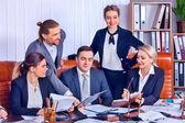 Život v kanceláři lidé obchodní tým lidí jsou spokojeni s papírem.
